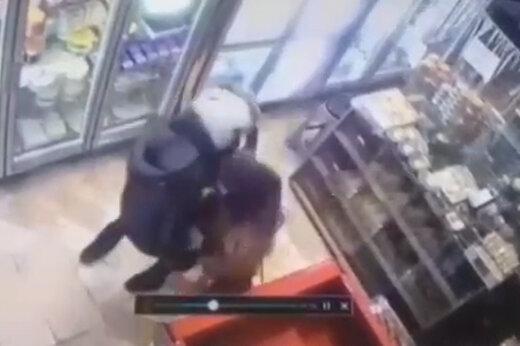 ببینید | حمله سارق با چاقو به یک زن در روز روشن