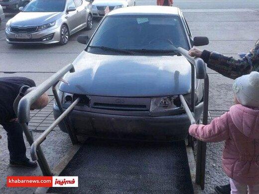 مهارت راننده در کور کردن چشم ماشین/عکس