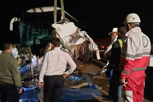 ببینید | تصادف اتوبوس با کیوسک عوارضی در قزوین با ۱۳ مصدوم