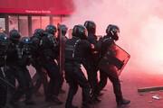 ببینید | معترضین در پاریس آتش به سمت ماموران پرتاب کردند
