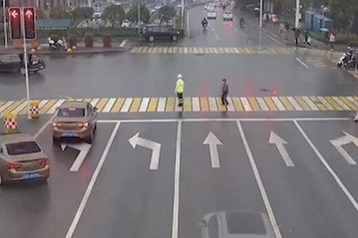 ببینید | پلیسی که در چین قهرمان شد