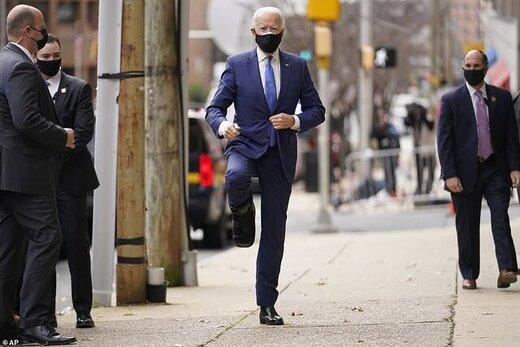 بایدن با پای آتل بسته ظاهر شد/عکس