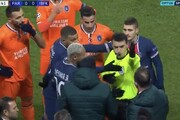 ببینید   اتفاق باورنکردنی در لیگ قهرمانان اروپا؛ توهین نژادپرستانه داور و ترک زمین از سوی بازیکنان دو تیم