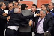 ببینید | کتککاری نمایندگان پارلمان کنگو با یکدیگر در روز روشن!