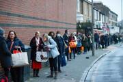 ببینید | صفهای شلوغ و قفسههای خالی فروشگاههای لندن از ترس ویروس انگلیسی