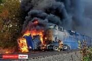 (عکس) تریلی در برخورد با قطار اول آتش گرفت و بعد پودر شد