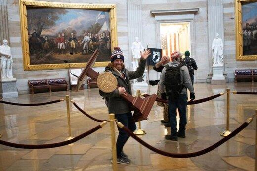 جادوگر کیو انان و مردی که تریبون کنگره را برداشته بود هم بازداشت شدند/عکس