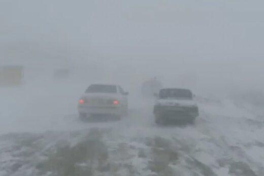 ببینید | گرفتاری خودروها در کولاک برف محور ورزقان _ سونگون