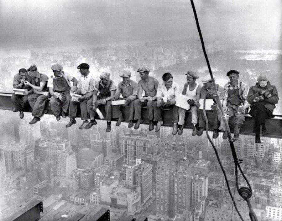 باشگاه خبرنگاران جوان نوشت: شوخی جالب آمریکاییها با نحوه نشستن و ژست خاص برنی سندرز در مراسم تحلیف بایدن، به سوژهای جنجالی و داغ در توئیتر تبدیل شد.