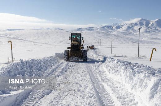تلاش راهداران برای بازگشایی محور پوشیده از برف تبریز-بستان آباد