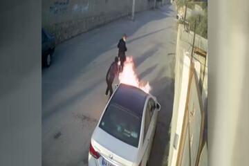 ببینید | آتش زدن ماشین میلیاردی در بوشهر توسط دو موتور سوار