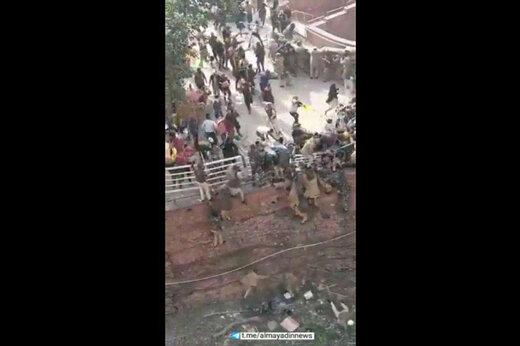 ببینید | خشونت وحشیانه پلیس هند؛ پرت کردن معترضات از ارتفاع