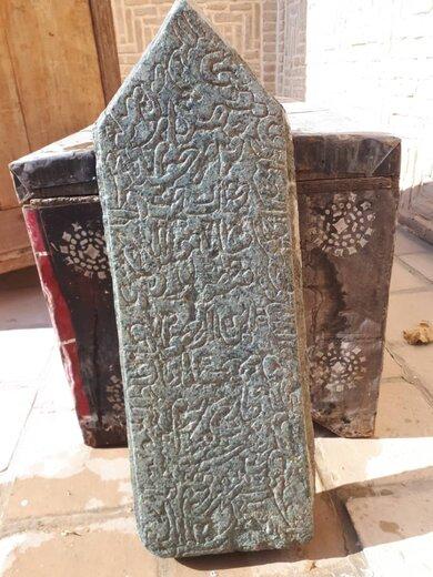 انتقال سنگ قبر صفوی روستای حسنآباد به موزه تاریخ شهر دامغان