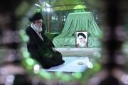 عکسی از فاتحه خوانی رهبر انقلاب بر مزار پدر موشکی ایران
