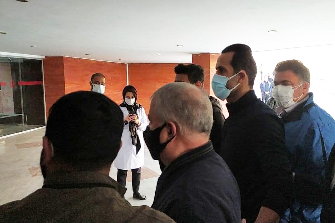 حضور علی پروین در بیمارستان برای پیگیری احوال انصاریان/ عکس