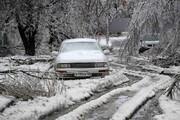 ببینید | لحظه دلخراش و دلهرهآور سقوط دو قطعه یخ روی یک خودرو