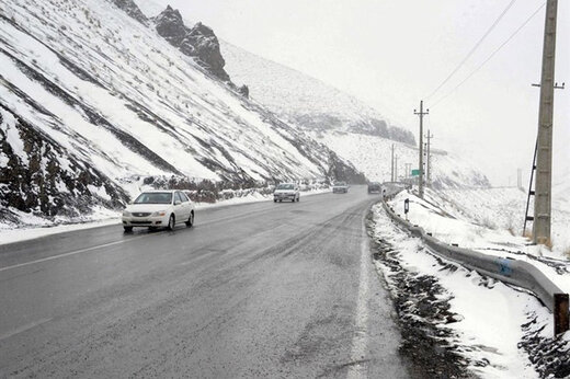 برف سنگین در جاده چالوس؛ عبور تنها با زنجیر چرخ