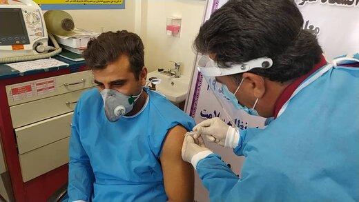کادر مراقبت های ویژه بیماران کرونایی دوز اول واکسن را دریافت کردند