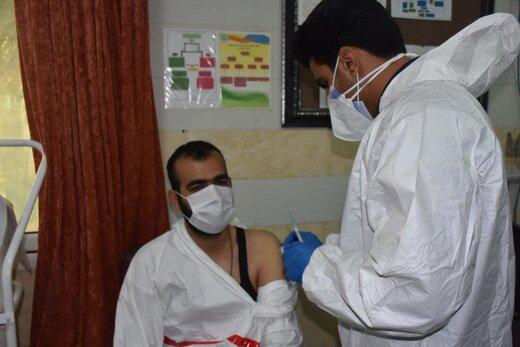 آغاز مرحله ی نخست واکسیناسیون علیه کرونا ویروس در آبادان/ ۱۲ نفر از کادر درمانی واکسینه می شوند