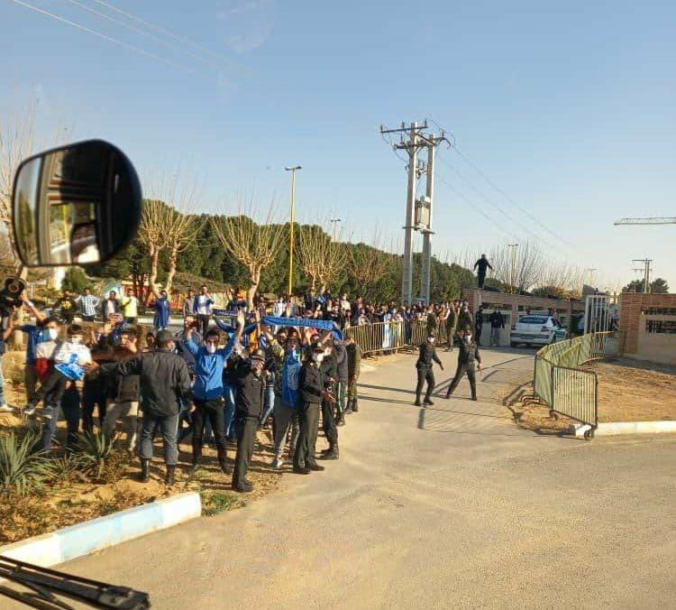 اتوبوس استقلال در محاصره هواداران/عکس