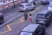 ببینید | حمله وحشتناک سگ ولگرد به یک مادر و دو فرزندش
