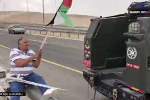 ببینید | وقتی نظامی صهیونیست تاب دیدن پرچم فلسطین را ندارد!