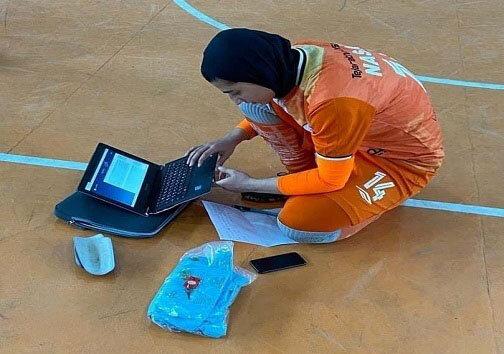 امتحان آنلاین دختر فوتسالیست وسط زمین بازی/عکس