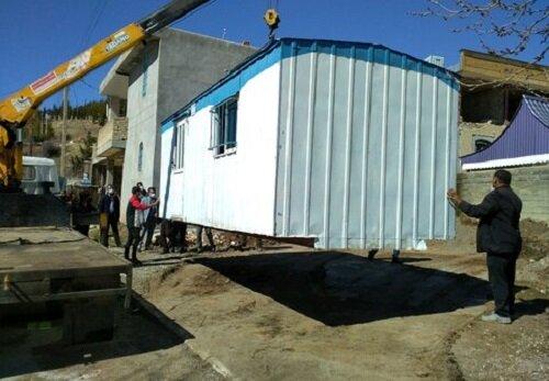 تحویل کانکس به خانواده زلزله زده دارای ۲ معلول در سی سخت