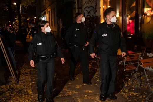 ببینید | لحظه یورش پلیس مادرید به یک مهمانی شبانه برای دستگیری نوجوانان