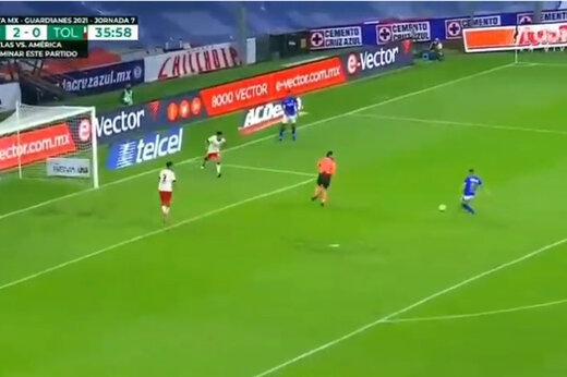 ببینید | اتفاق عجیب در فوتبال مکزیک؛ لحظه نجات دروازه توسط داور