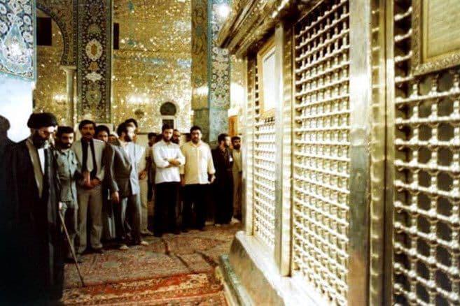 عکس   تصویری از تشرف حضرت آیتالله خامنهای به حرم حضرت زینب (س) در سال ۱۳۶۳