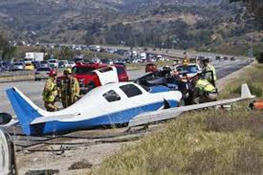 ببینید | تصادف هواپیما و خودرو هنگام فرود اضطراری