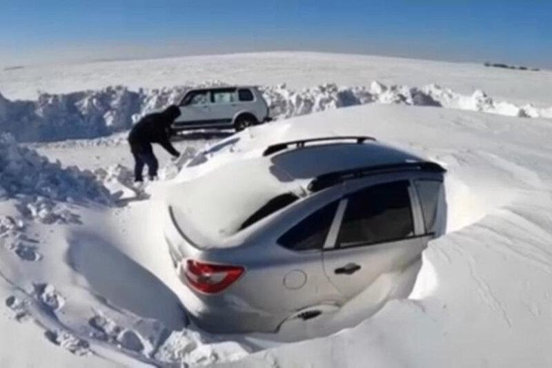 ببینید   تصاویر باورنکردنی از خودروها مدفون زیر برف سنگین روسیه