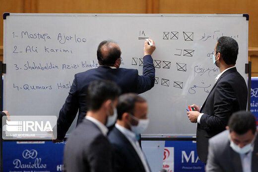 ببینید | سوتی بزرگ در انتخابات فدراسیون فوتبال؛ املای غلط نام کیومرث هاشمی به انگلیسی!