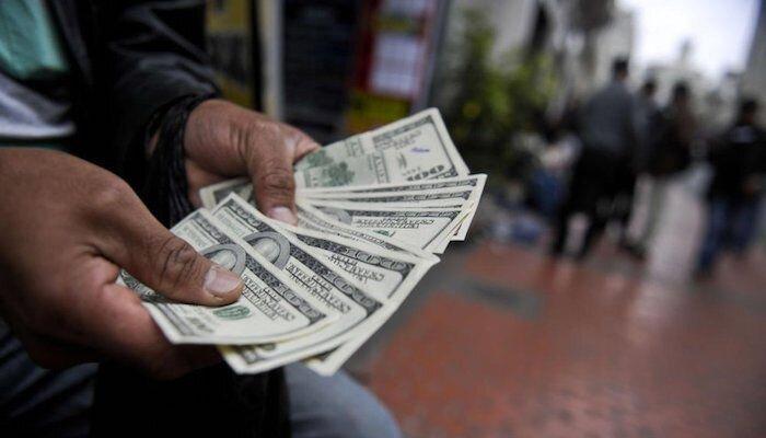حساب بانکی دلالان بزرگ مسدود شد/ پیام برگشت صف دلار سهمیهای