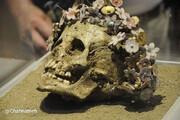 عکس | جمجمه دختر جوانی که با تاج گل سرامیک به خاک سپرده شده است