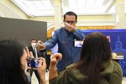ببینید | حرکت جنجالی نخستوزیر تایلند در مقابل خبرنگاران