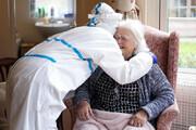 ببینید | تصویری احساسی از ملاقات مادر و دختر پس از ماهها جدایی بخاطر کرونا