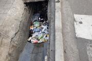 ببینید | ویدیویی تلخ از تخلیه زبالههای جوی آب توسط پاکبانان