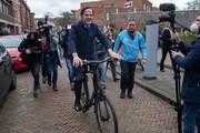 ببینید | نخست وزیر دوچرخهسوار پیروز انتخابات هلند شد