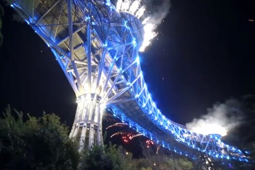 ببینید | نورافشانی جذاب «پل طبیعت» به مناسبت سال نو