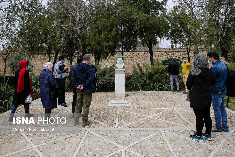 تصاویر | ادای احترام مردم به آرامگاه شجریان و اخوان ثالث در نخستین روز سال