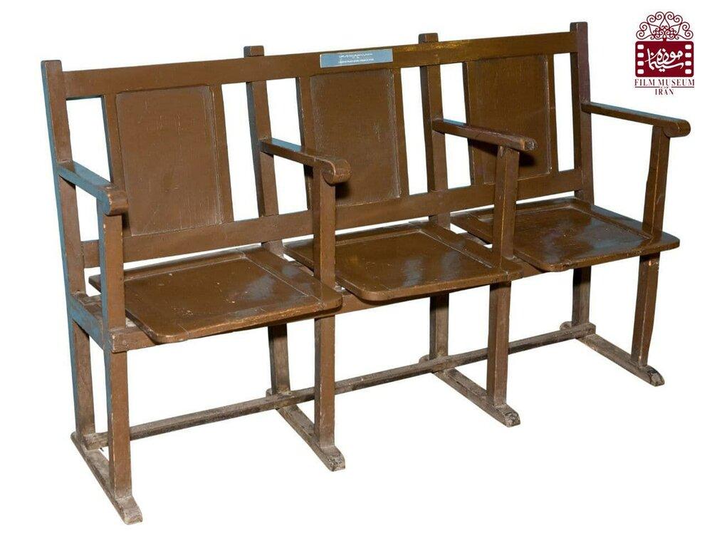 صندلیهای چوبی سینما پالاس تهران در موزه/ عکس