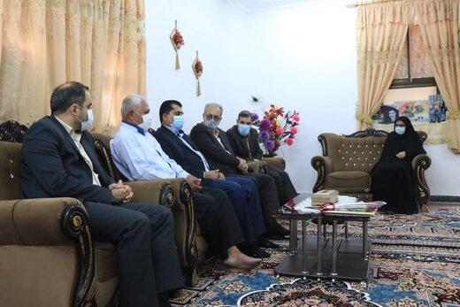 جمعی از مشاوران و مدیران سازمان منطقه آزاد قشم با خانواده شهید حسین تارک دیدارکردند