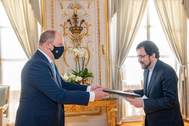 قاسمی استوارنامه خود را به شاهزاده موناکو تسلیم کرد/عکس