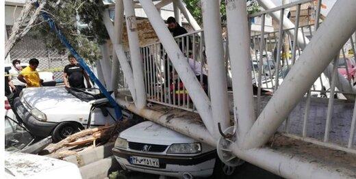 سقوط پل عابرپیاده روی خودروها/ عکس
