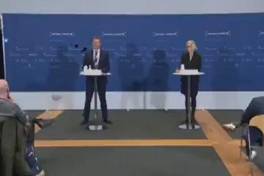 ببینید | بیهوش شدن رئیس سازمان داروی دانمارک در کنفرانس خبری