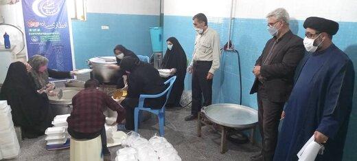 توزیع 1000 پرس غذای گرم بین نیازمندان کمیته امداد منطقه یک یاسوج