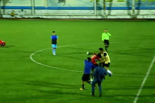 ببینید | زد و خورد شدید و باورنکردنی بازیکنان امید گناوه در زمین فوتبال