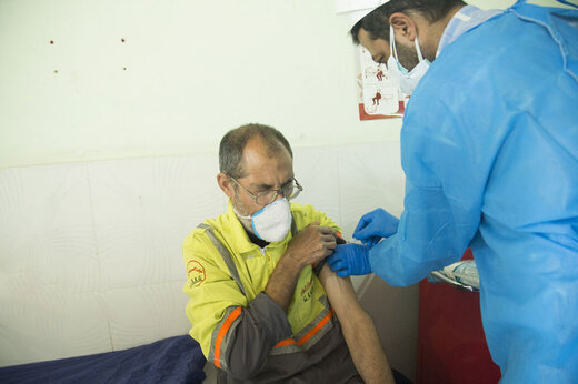 ببینید | کنایه تلخ مجری تلویزیون به مسئولانی که به جای پاکبان واکسن زدند!